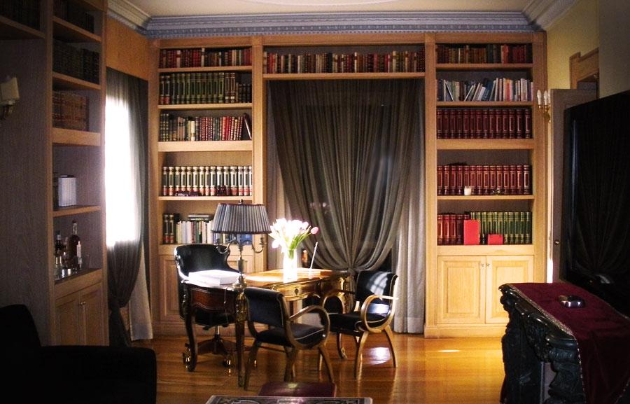 Libreria impellicciata con lesene e pareti bugnate. Sportelli in rovere massello, spazzolata e decapata con venature bianche