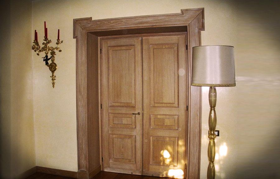 Porta impellicciata con bugne in rovere e mostra sagomata, spazzolata e decapata con venature bianche