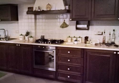 Cucina in castagno con sportelli di massello e bugne impellicciate o in massello