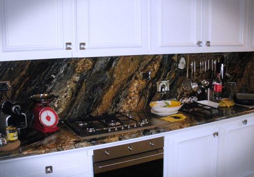 Cucina laccata con cornici riportate