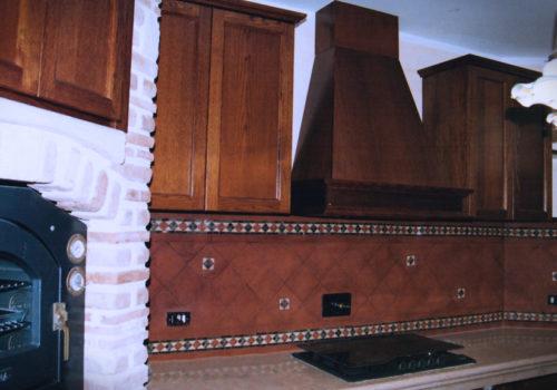 Cucina in muratura con sportelli in rovere massello tinto noce