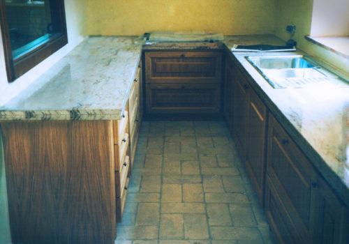 Cucina in rovere naturale con bugne e piano in marmo