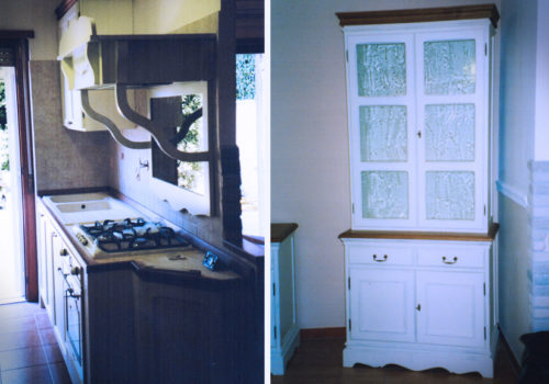 Cucina e credenza in rovere spazzolato e anticato con piani e cornici superiori in rovere naturale