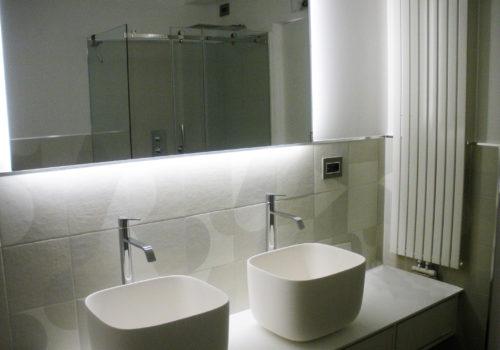 Rivestimento bagno con cassetti