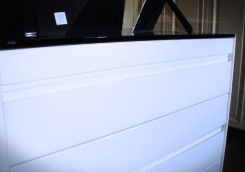 Cabina armadio coCabina armadio con sportelli, con isola centrale provvista di cassetti e ripianin sportelli