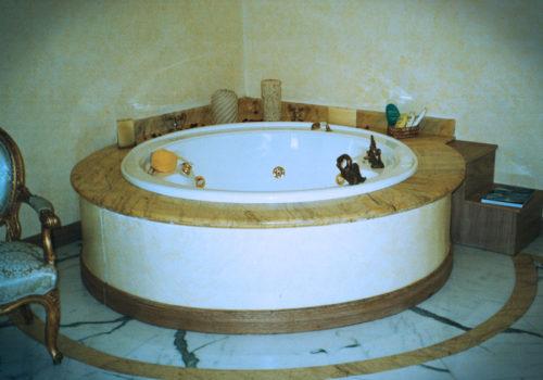 Rivestimento vasca in legno verniciata come il muro