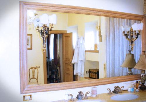 Mobile bagno laccato con bugne, top in marmo e cornice in rovere massello con specchio