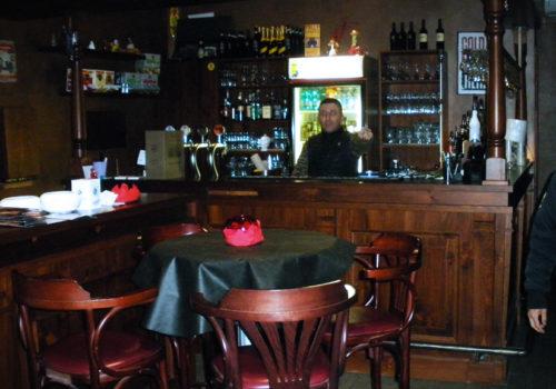 Interno pub in pino russo, pannelli con bugne, piani in legno massello e capitelli