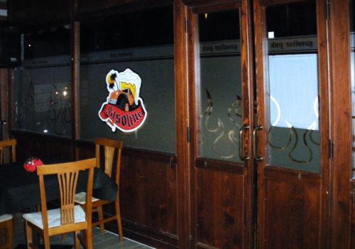 Interno pub in pino russo, porte a vento e vetrine
