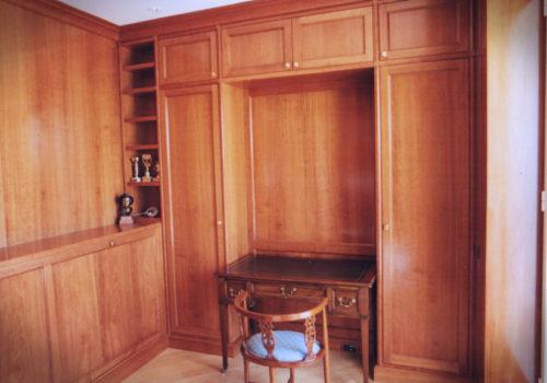 Boiserie e libreria in ciliegio con letto a scomparsa