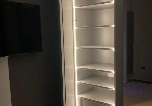 Armadi completi laccati con cassetti e servetti per le appendere con luce a led