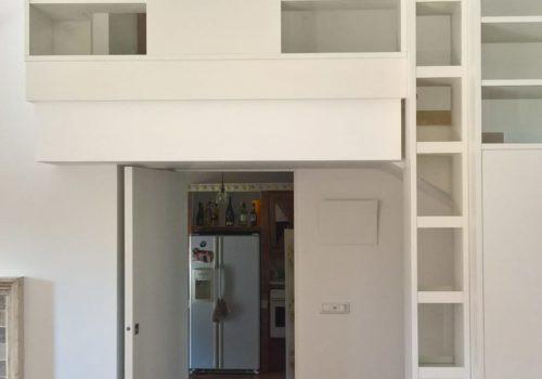 Libreria laccata bianco opaco con doppia faccia e vetri trasparenti ultra chiari