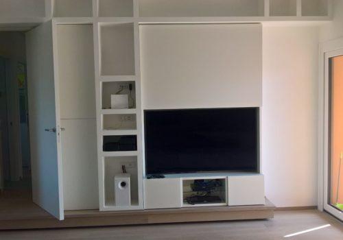 Mobile TV libreria laccato bianco opaco con sportello ad apertura verticale motorizzato per coprire vano TV