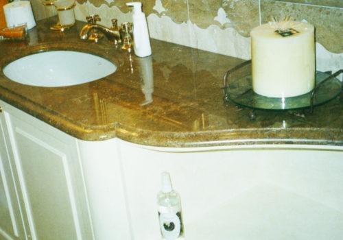 Mobile bagno verniciato a pennello con sportello bugnato, con ripiani centinati e specchiera
