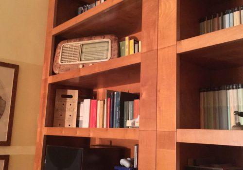 Libreria in acero color miele, particolare ripiani