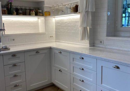 Cucina laccata bianco opaco con sportelli e cassetti con telaio in massello